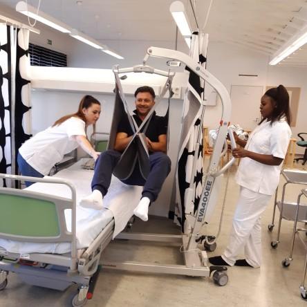 Potilas nostetaan laiteavusteisesti sänkyyn
